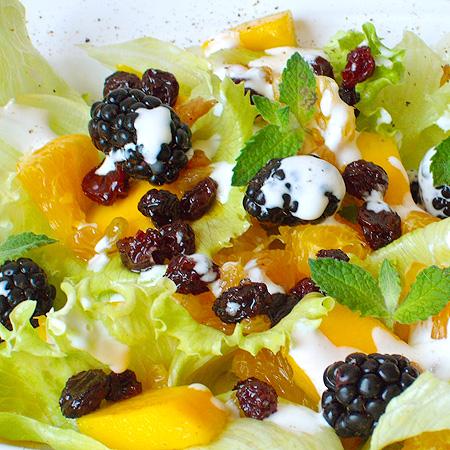 Salada de laranja, manga e amora