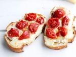 Bruschettas de Brie com tomate confitado