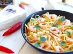Espaguete com molho de brie e camarão