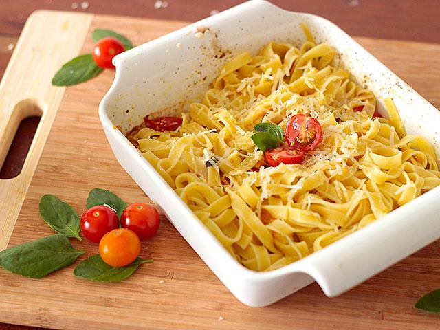 Macarrão com tomates assados e manjericão